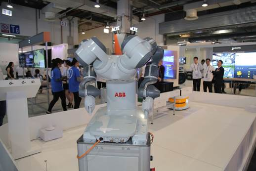 An ABB dual arm robot integrated with a Huawei OneAir wireless module is showcased at HUAWEI CONNECT 2016